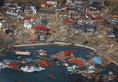 http://animeweekend.ru/wp-content/uploads/2012/05/zemletriasenie-i-cunami-v-japonii-14-19-600x418.jpg
